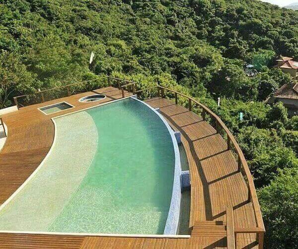 A piscina ganhou continuidade com o deck em madeira