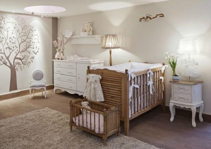 A prateleira para quarto de bebê branco foi fixada em cima da cômoda