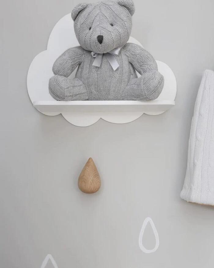 A prateleira para quarto de bebê em formato de nuvem traz delicadeza para a decoração