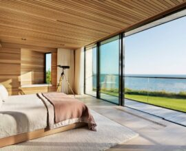 A presença do forro de madeira no quarto traz conforto e aconchego para os moradores