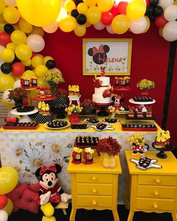 A cor amarela realça a mesa do bolo