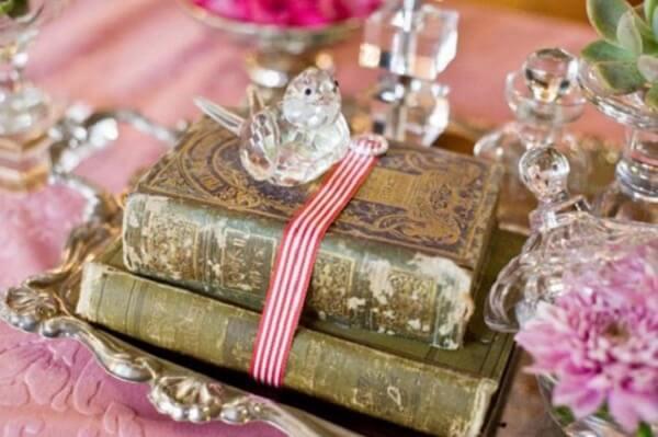 Aposte nos livros antigos na decoração vintage