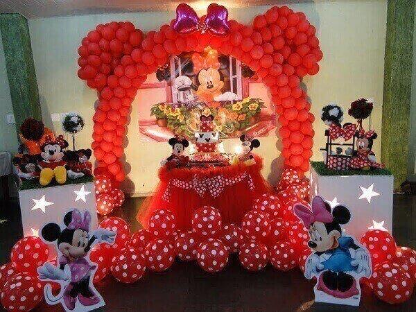 Arco de balões, muitas bexigas e ursinhos de pelúcia na decoração de festa da minnie