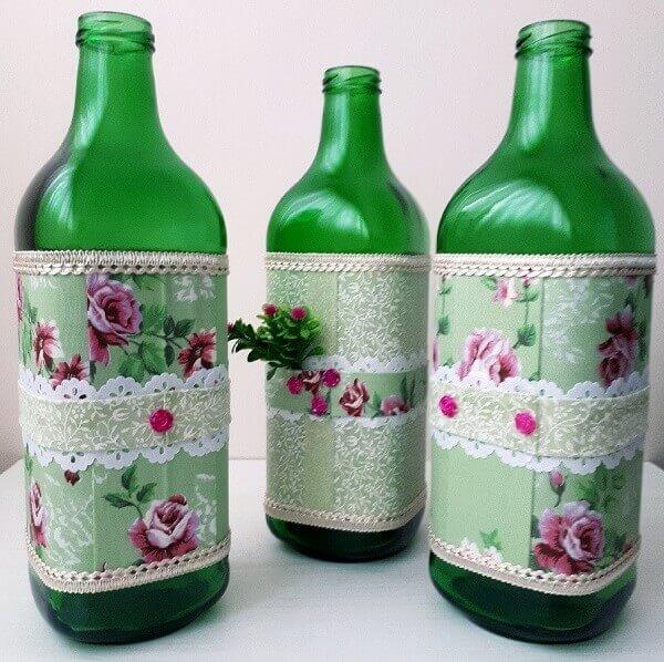 Utilize a técnica de artesanato com garrafa de vidro e tecido florido