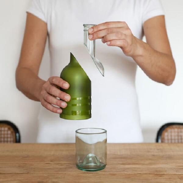 Artesanato em garrafa de vidro cortada