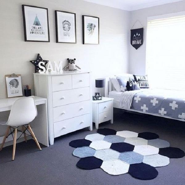 As cores do tapete alegram o ambiente de quarto simples