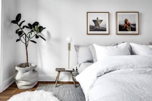 Bancos como mesa de cabeceira compõem a decoração de quarto simples