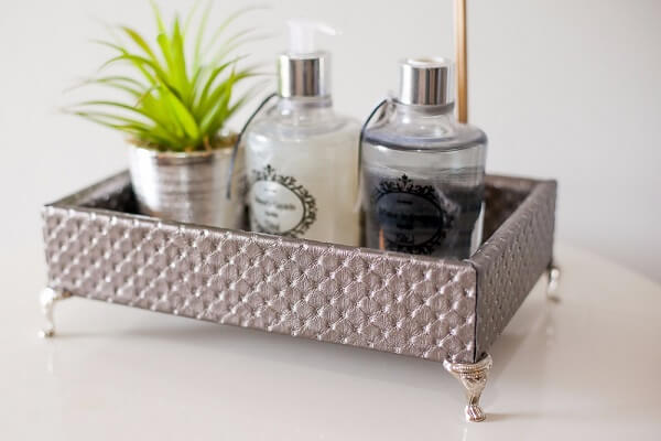 Bandeja de couro exposta como enfeites para bancada de banheiro