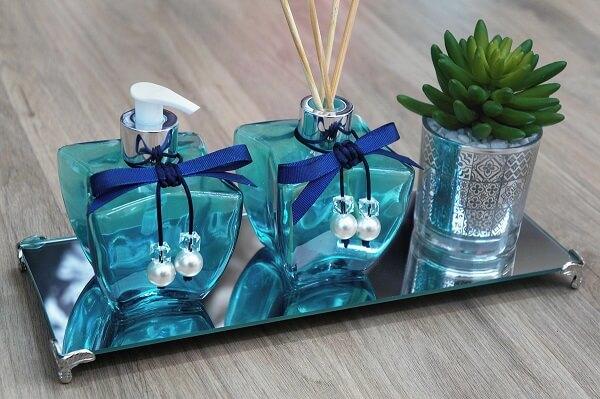 Bandeja espelhada com saboneteira utilizada como enfeites para pia de banheiro