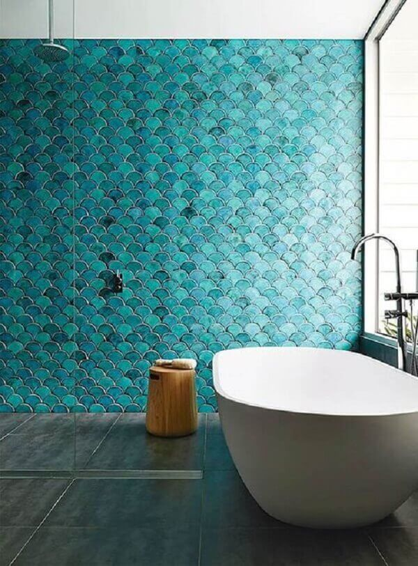 Banheiro de sereia com revestimento azul turquesa