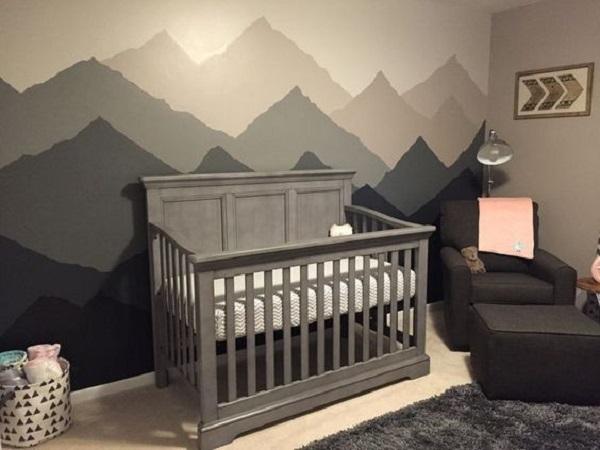 Berço na cor cinza compõem a decoração de quarto simples de bebê