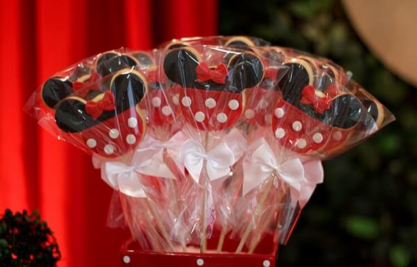Biscoitos que complementam a decoração da festa da Minnie