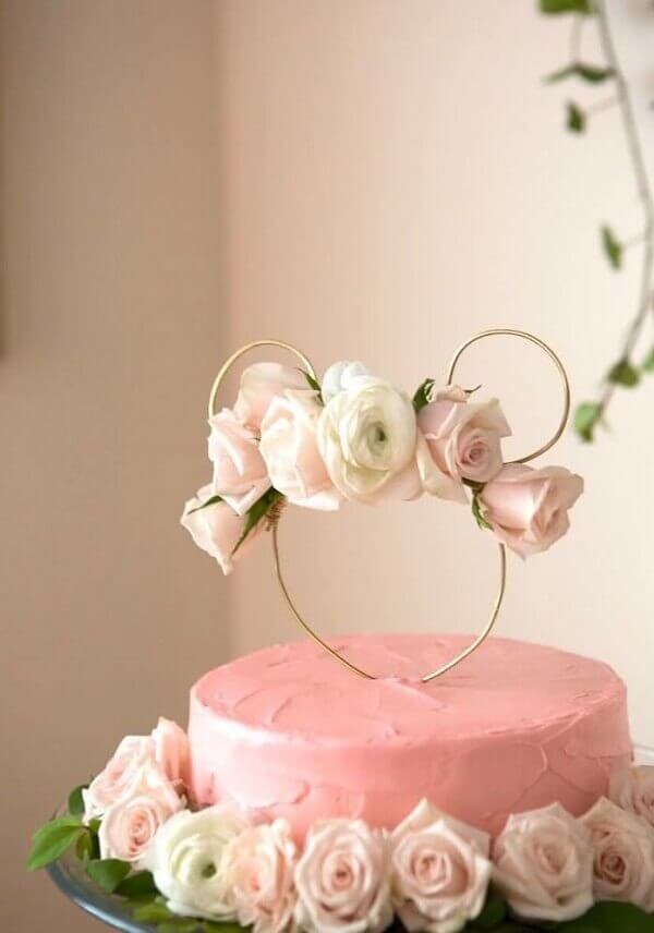 Cake made with natural roses for minnie pink party decoration