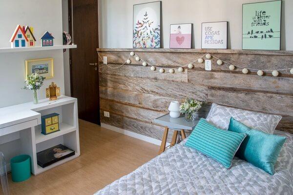 Cabeceira de madeira demolição compõem a decoração do quarto de menina simples
