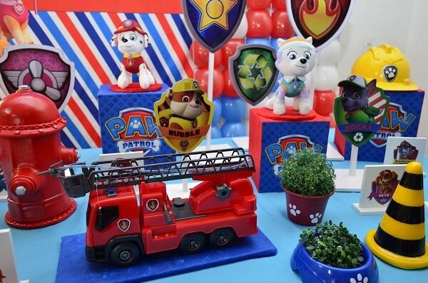 Caminhão de bombeiro para decoração de mesa