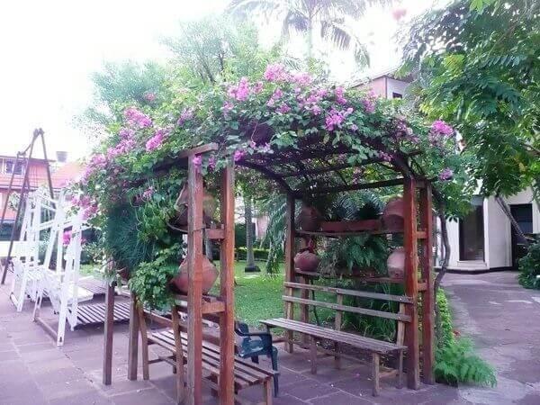 Caramanchão de madeira com bancos