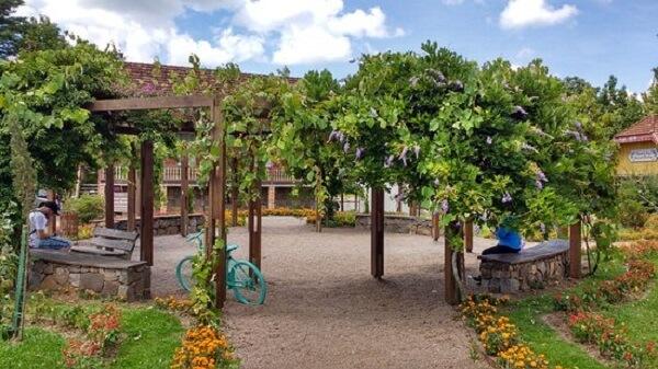 Caramanchão em jardim do parque
