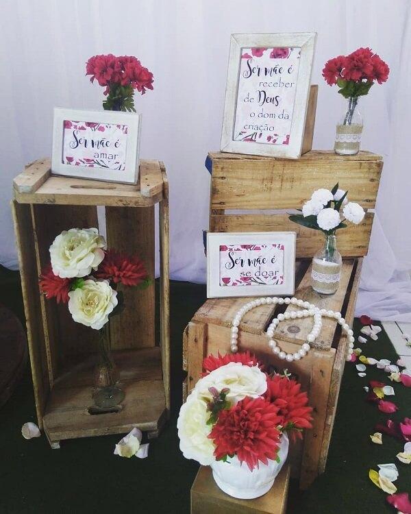 Complemente a decoração dia das mães com caixotes de madeira e quadros