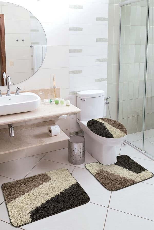 Conjunto de tapetes utilizados como enfeites para banheiro pequeno