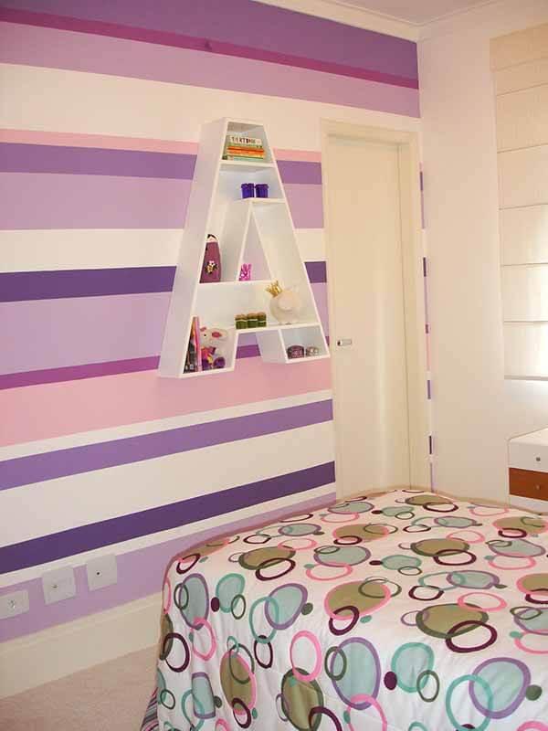 Cor lilás em papel de parede listrado
