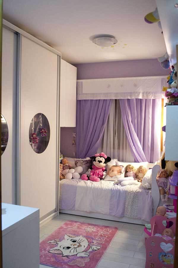 Cor lilás na cortina de quarto de criança
