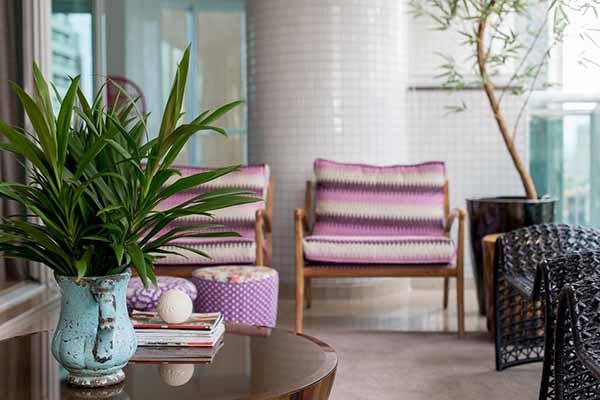 Cor lilás no assento da cadeira de madeira na varanda