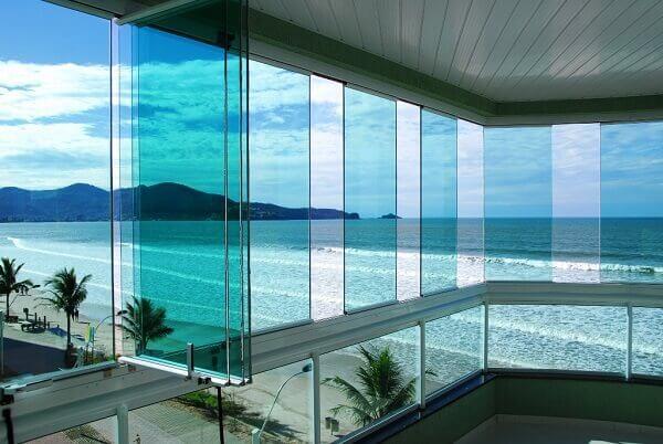Cortina de vidro com abertura