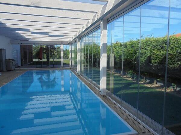 Cortina de vidro em área de piscina