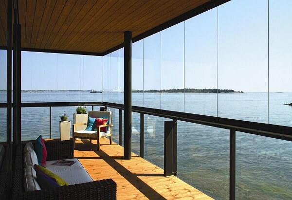 Cortina de vidro em área de relaxamento