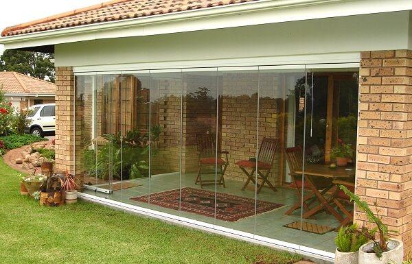 Cortina de vidro em casa de sítio