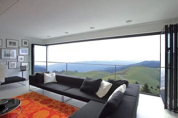 Cortina de vidro em sala de estar ampla