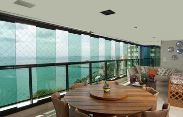 Cortina de vidro em sala grande