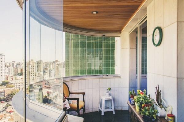 Cortina de vidro em varanda de apartamento pequeno