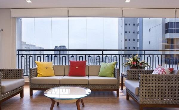 Cortina de vidro no apartamento amplo