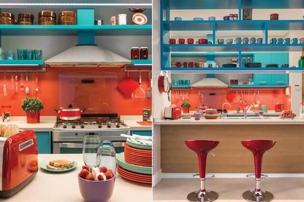 Cozinha azul turquesa com elementos na cor laranja