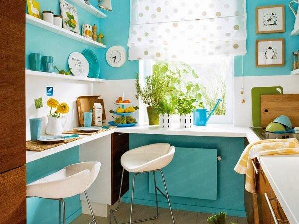 Cozinha moderna em tons branco e azul turquesa