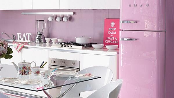 Cozinha com decoração vintage em tom rosa claro