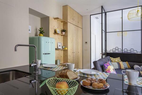 Cozinha e sala integrada com decoração vintage