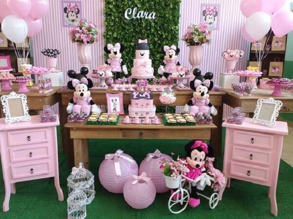 Decoração da mesa com ursinhos de pelúcia da Minnie