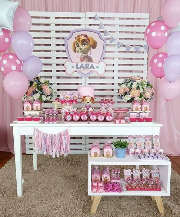 Decoração de mesa para meninas com o tema de festa patrulha canina