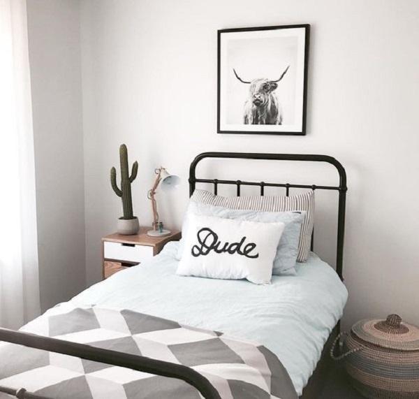 Decoração de quarto simples com cama de solteiro