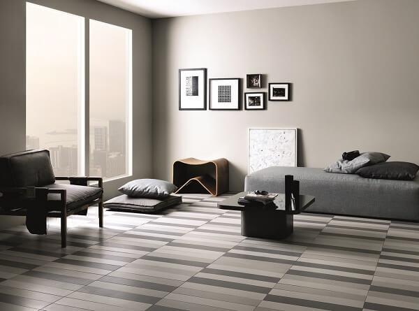 Decoração de quarto simples com piso listrado em tons de cinza