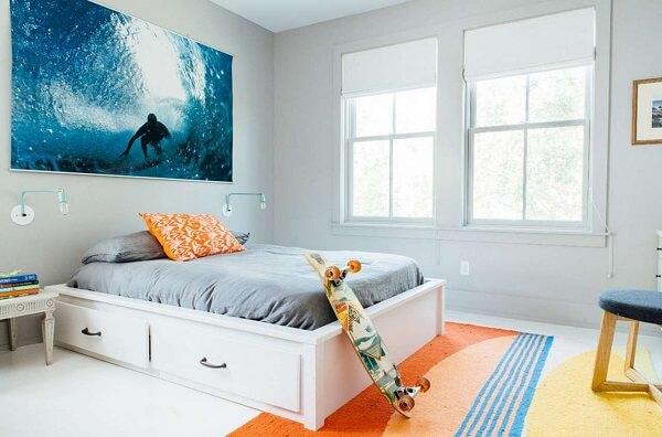 Decoração de quarto simples para menino ao estilo surf