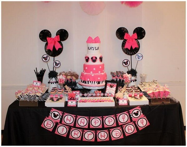 Minnie's party decoration mixing the colours black, pink and white