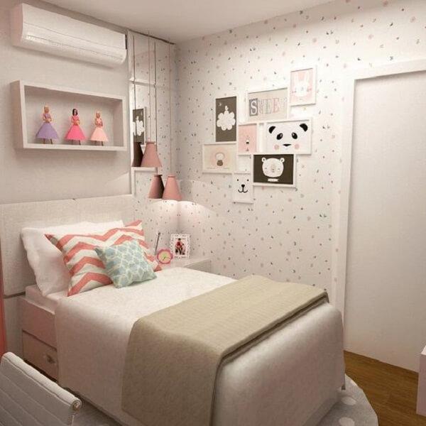 O papel de parede complementa a decoração de quarto simples de menina