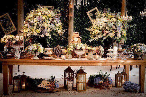 Decoração vintage casamento com mesa do bolo em tons pastéis