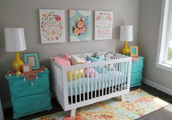 Detalhes coloridos fazem a diferença na decoração do quarto simples e bebê