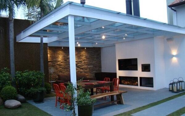 Edícula com churrasqueira e cobertura de vidro