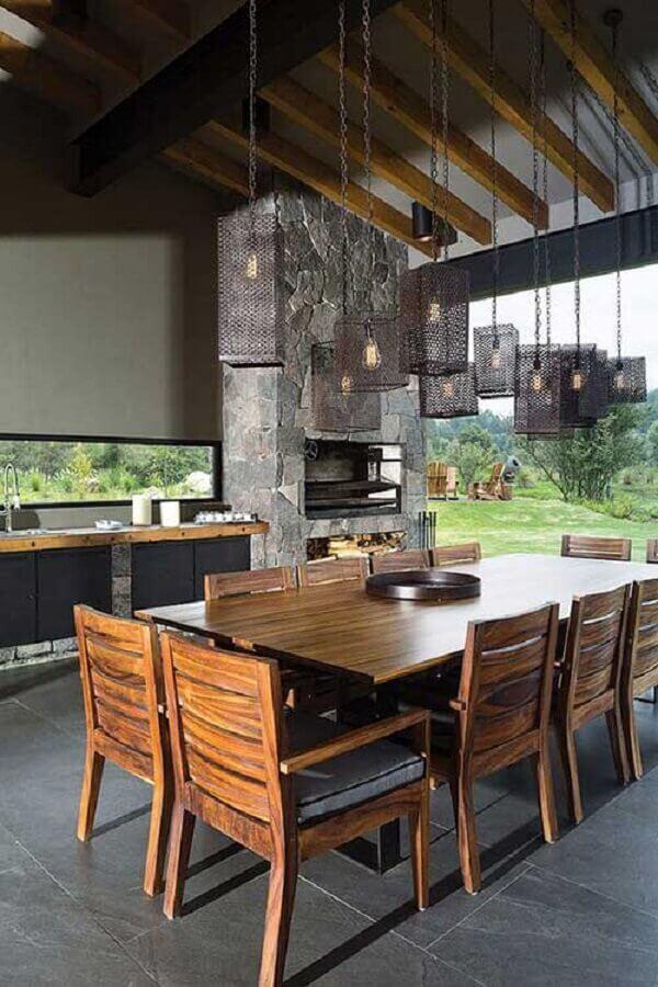 Edícula com churrasqueira e móveis rústicos