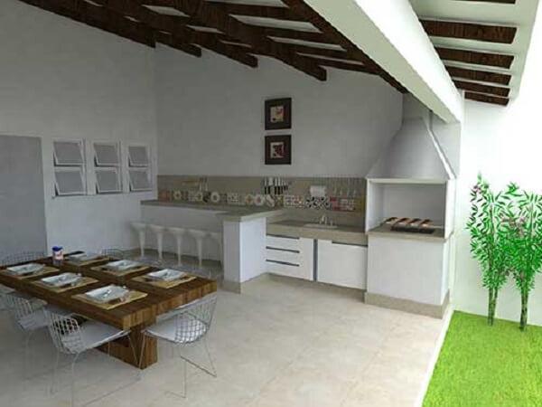 Edícula com churrasqueira em espaço simples e elegante